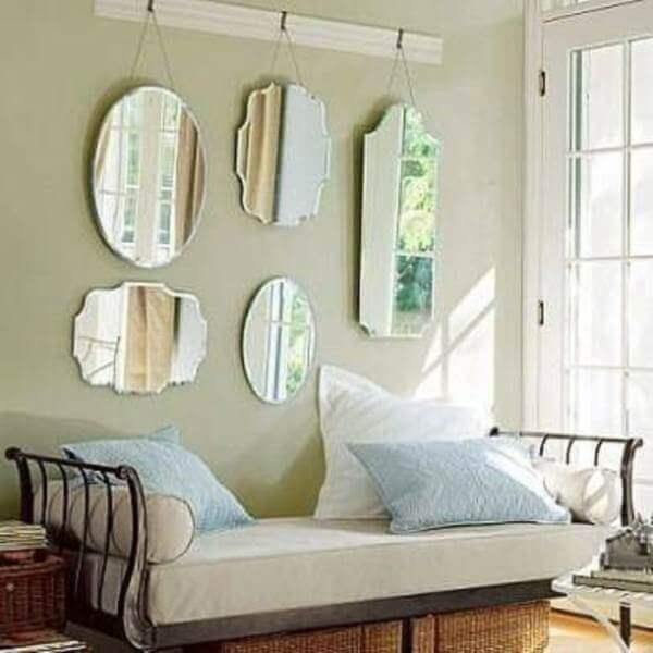 Decoração de sala simples e barata com espelhos em estilo clássicos pendurados
