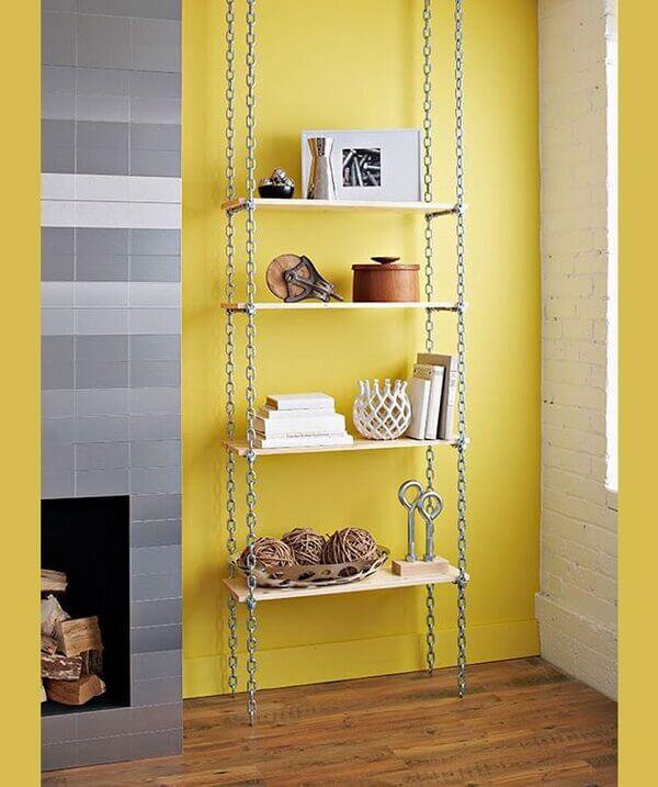 Decoração de sala simples e barata com estante de correntes e prateleiras de madeira