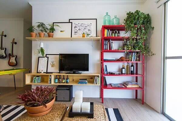 Decoração de sala simples e barata com estante de metal na sala