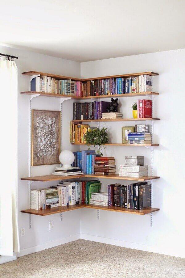 Decoração de sala simples e barata com estante de trilhos