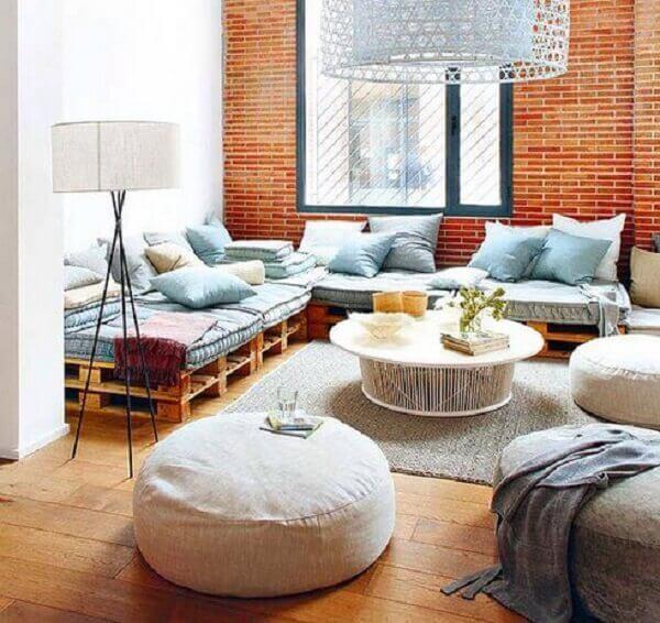 Decoração de sala simples e barata com futon e almofadas