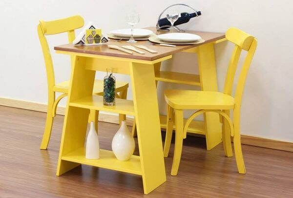 Decoração de sala simples e barata com mesa feita com cavaletes