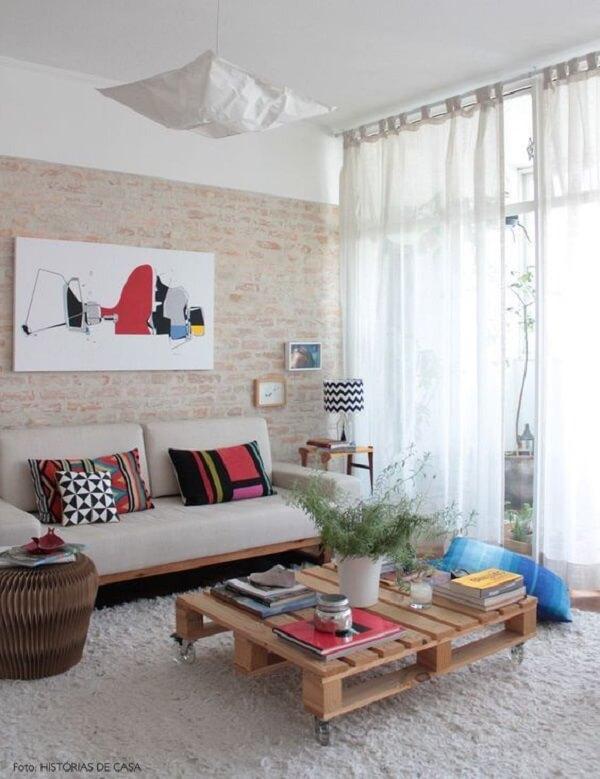 Decoração de sala simples e barata com mesa feita de paletes