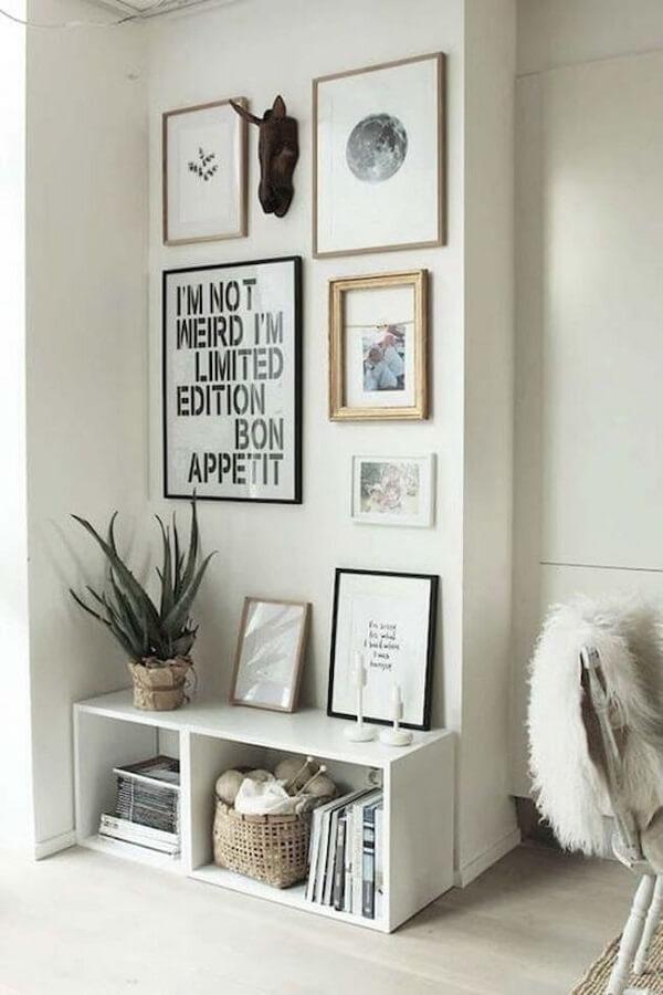 Decoração de sala simples e barata com nicho e quadros