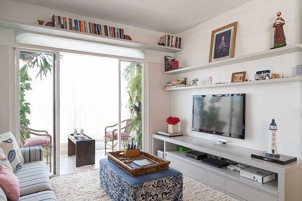 Decoração de sala simples e barata com nichos e prateleiras na sala de estar