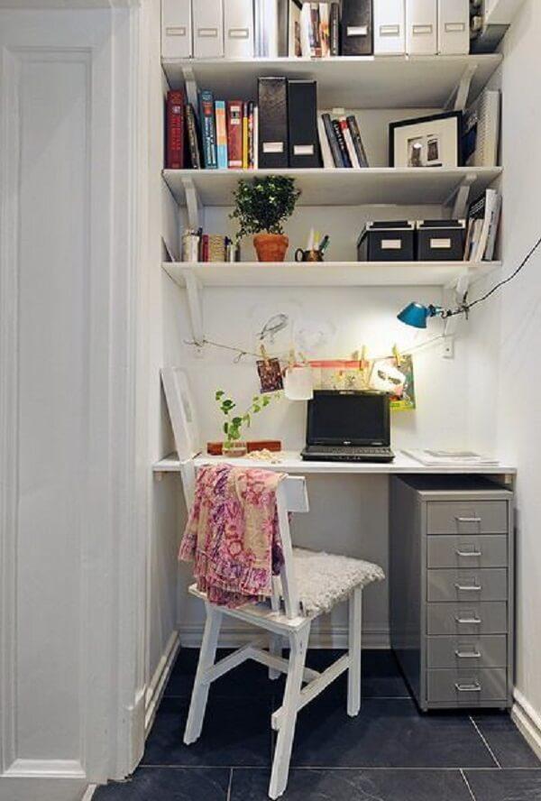 Decoração de sala simples e barata com prateleiras como home office