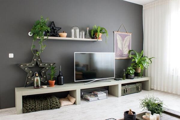 Decoração de sala simples e barata com prateleiras de madeira