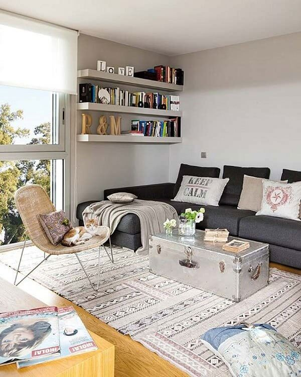 Decoração de sala simples e barata com prateleiras na sala pintadas com a mesma cor das paredes