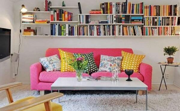 Decoração de sala simples e barata com prateleiras