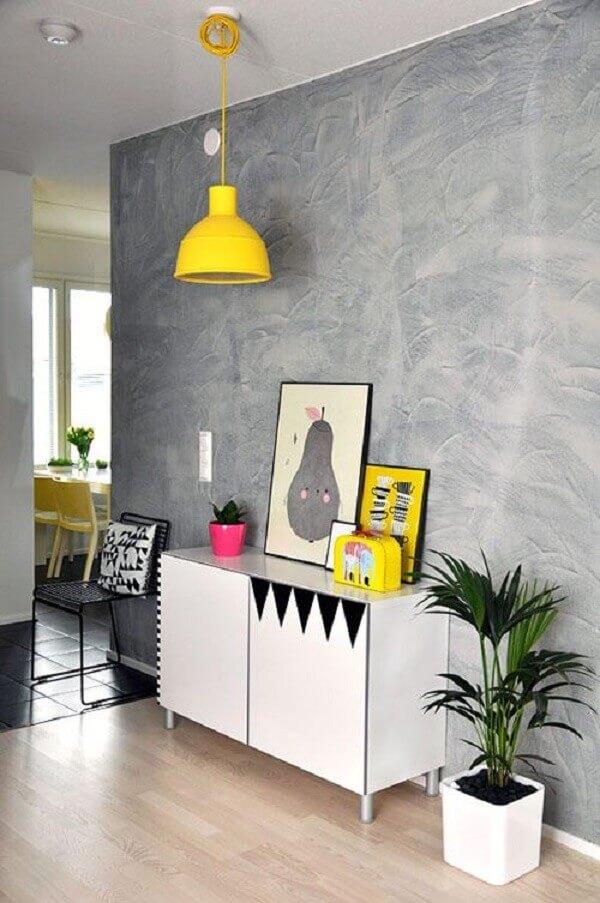 Decoração de sala simples e barata e cimento queimado na parede com aparador