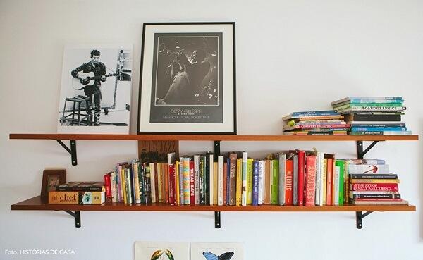 Decoração de sala simples e barata e prateleiras com braçadeiras