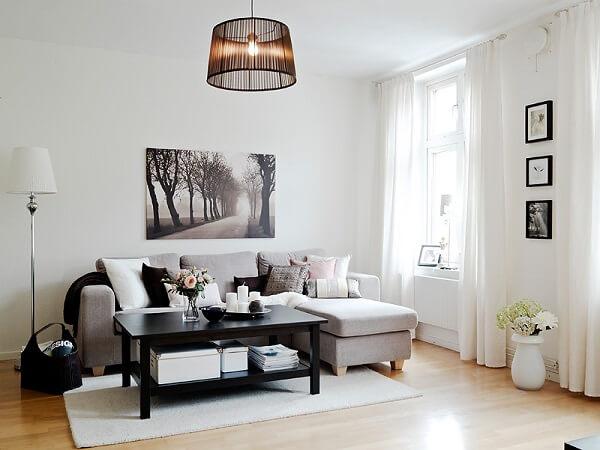 Decoração de sala simples e barata em tons cinza e preto