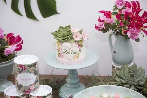 Decoração dia das mães com bolo pequeno e flores