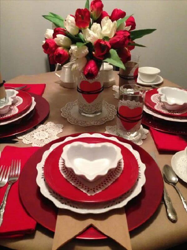 Decoração dia das mães com pratinhos em forma de coração