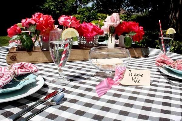 Decoração dia das mães mesa com flores