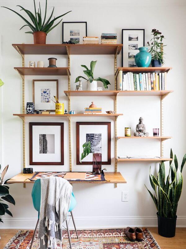 Decoração para sala simples e barata com estante de trilhos