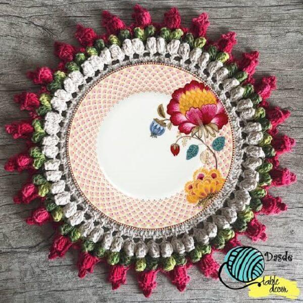Delicadeza e beleza nesse sousplat de crochê com acabamento feito em tulipas
