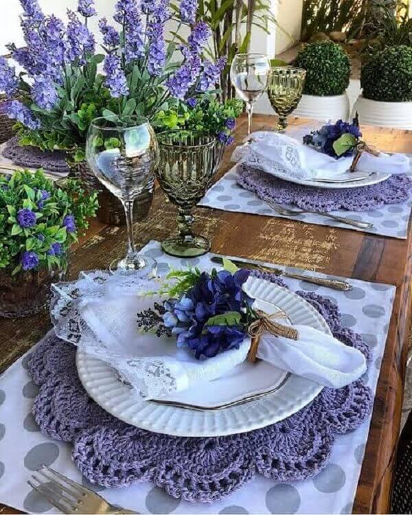 Elegância e sofisticação nessa mesa com sousplat de crochê