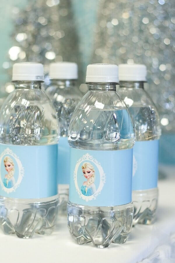 Faça rótulos personalizados para as garrafas de água e transforme em lindas lembrancinhas. Fonte: A minha festinha