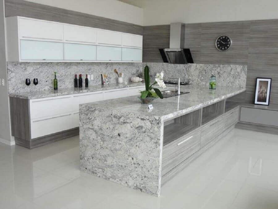 Granito branco Ceará para decoração de cozinha ampla com ilha Foto Gran Ramos