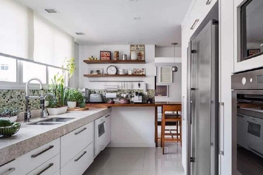 Granito branco Ceará para decoração de cozinha com prateleiras e bancada de madeira Foto Alvorada Arquitetura