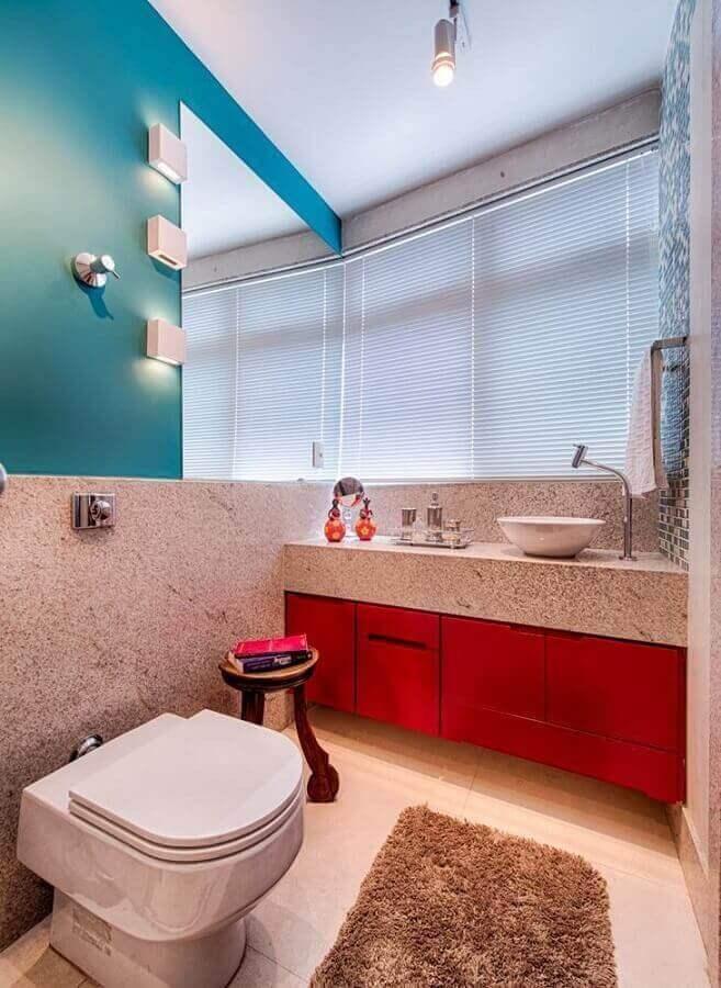 Granito branco Ceará para decoração de lavabo com parede azul e armário vermelho Foto Baracho Pedras