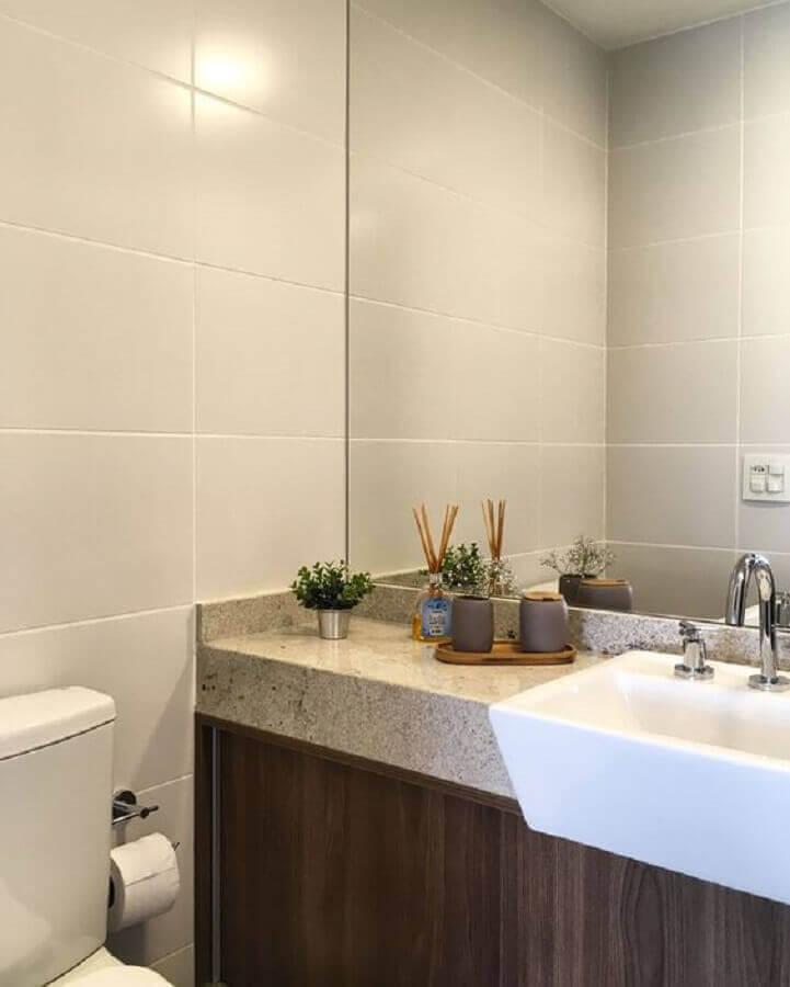 Granito branco Dallas para decoração de banheiro com armário de madeira Foto Pinterest