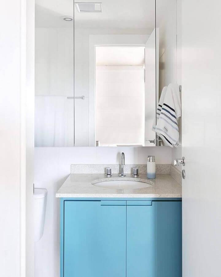Granito branco Polar para decoração de banheiro pequeno com armário azul Foto Sesso & Dalanezi