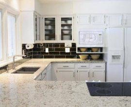 Granito branco Polar para decoração de cozinha com armários brancos planejados  Foto Istock
