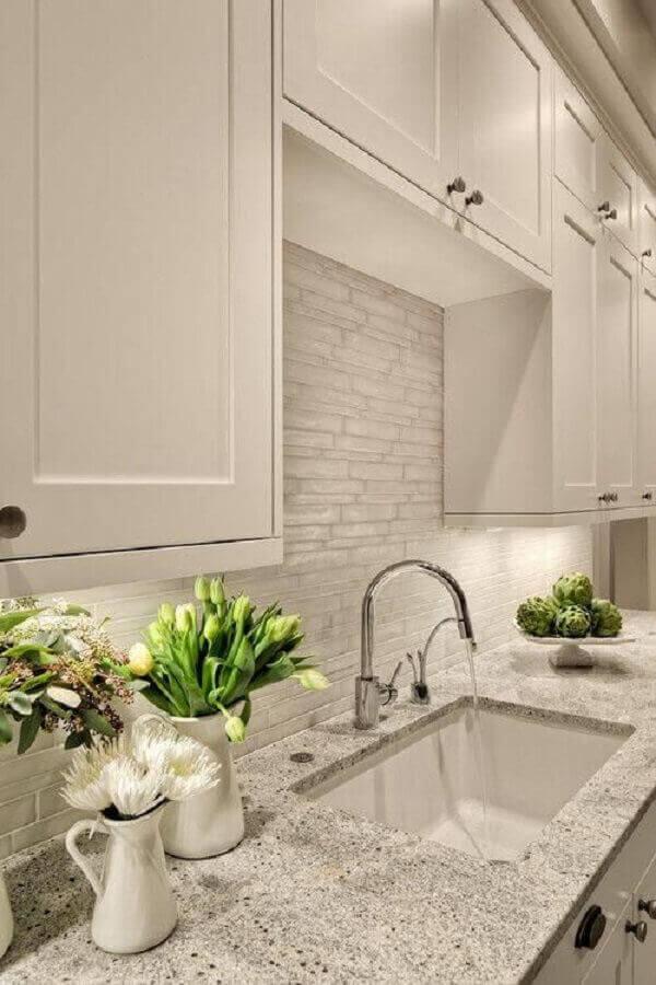 Granito branco Polar para decoração de cozinha com armários no estilo retrô Foto Usual House