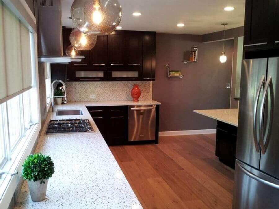 Granito branco Polar para decoração de cozinha planejada com armários escuros e piso de madeira Foto Küche Zuschnitt