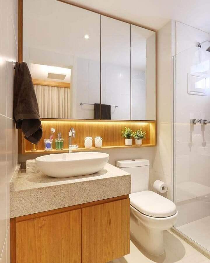 Granito branco Siena para banheiro pequeno com armários de madeira Foto Sesso & Dalanezi