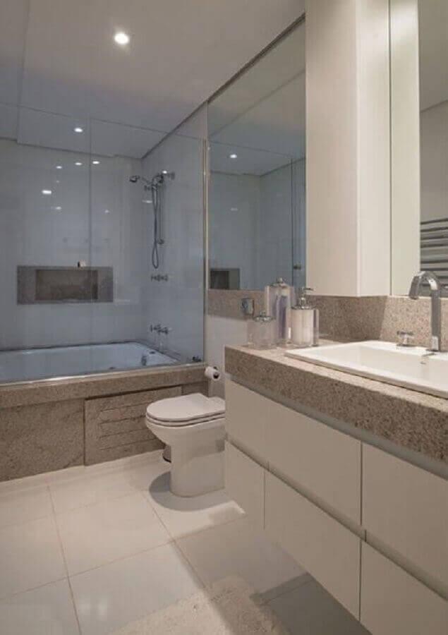 Granito branco Siena para decoração de banheiro com banheira Foto Assetproject