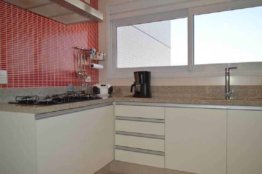 Granito branco Siena para decoração de cozinha com revestimento vermelho Foto Fabiana Rosello