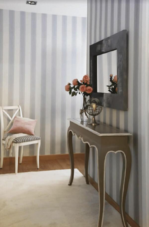 Hall de entrada com espelho e aparador