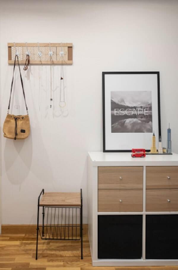 Hall de entrada com móveis pequenos