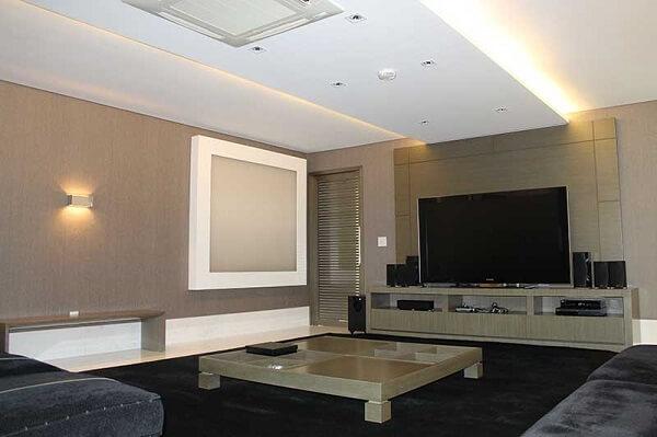 Na sala da Ana Hickmann a tv fica em sala com sofá preto