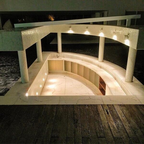 O bar da piscina na casa com sala da Ana Hickmann