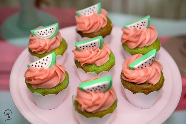 Os cupcakes sempre se destacam na decoração de aniversário simples. Fonte: Atelier Tati Sabino