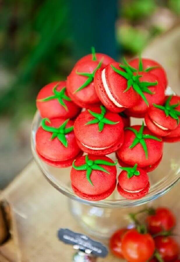 Os macarrons coloridos encantam a decoração de aniversário simples. Fonte: SistaCafe