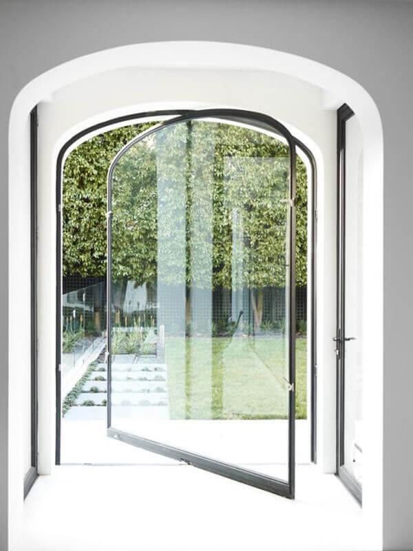 Os modelos de porta de vidro podem ter abertura pivotante