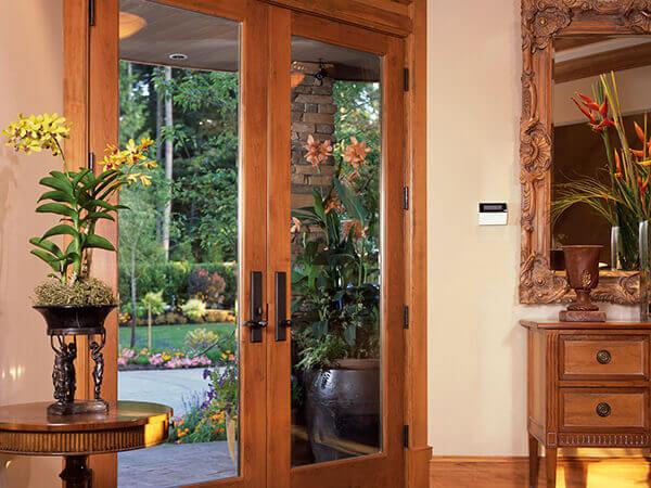 Os modelos de porta para sala com vidro criam um ambiente iluminado