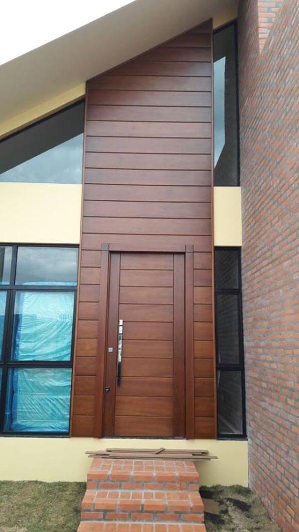 Os modelos de porta pivotante giram em torno de um eixo vertical