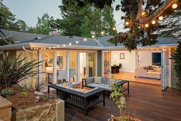 Os modelos de portas articuladas integram o jardim a sala
