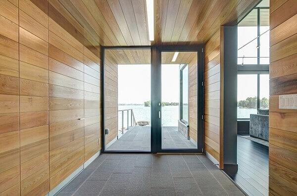 Os modelos de portas com alumínio preto e vidros transparentes deixam o ambiente moderno