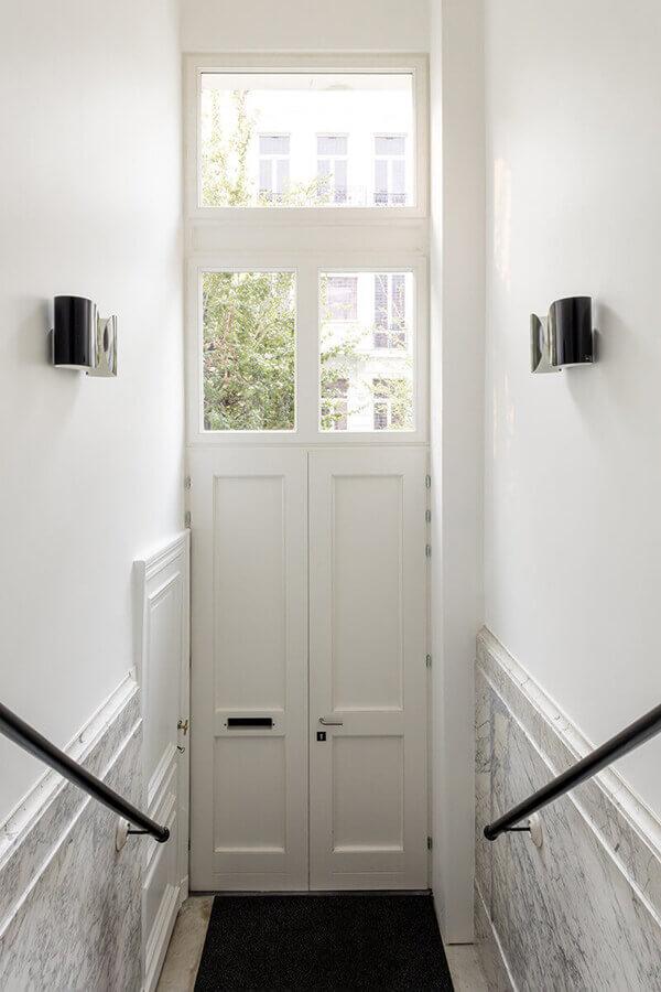 Os modelos de portas com bandeiras de vidro garantem luminosidade ao ambiente