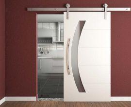 Os modelos de portas com roldanas conferem ao ambiente beleza e conforto