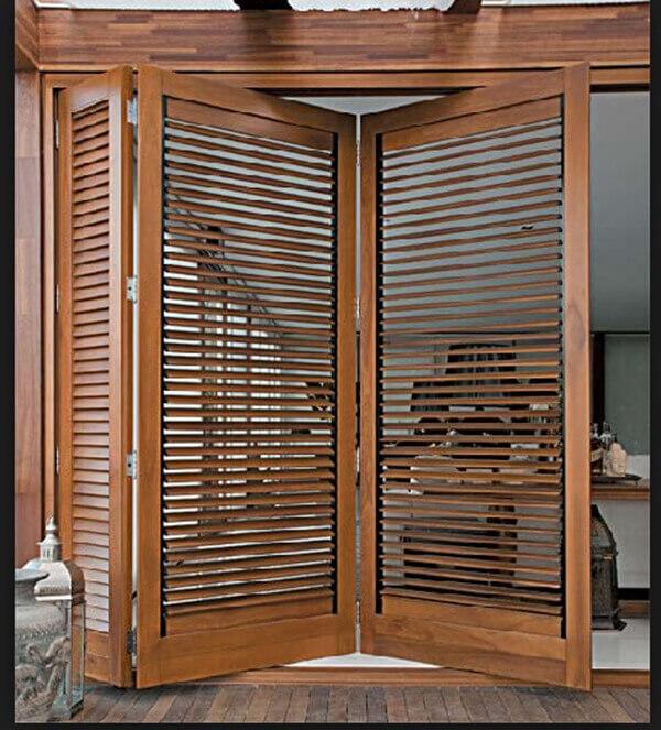 Os modelos de portas com venezianas ventilam os ambientes