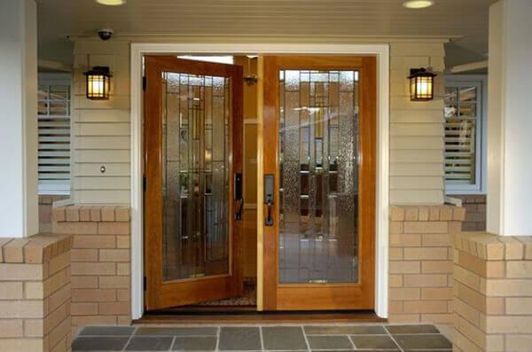 Os modelos de portas com vidro permitem a passagem da luz natural