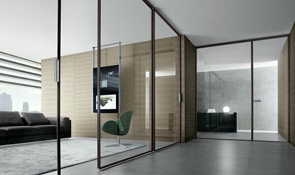 Os modelos de portas de correr de alumínio e vidro podem ter trilhos na parte superior